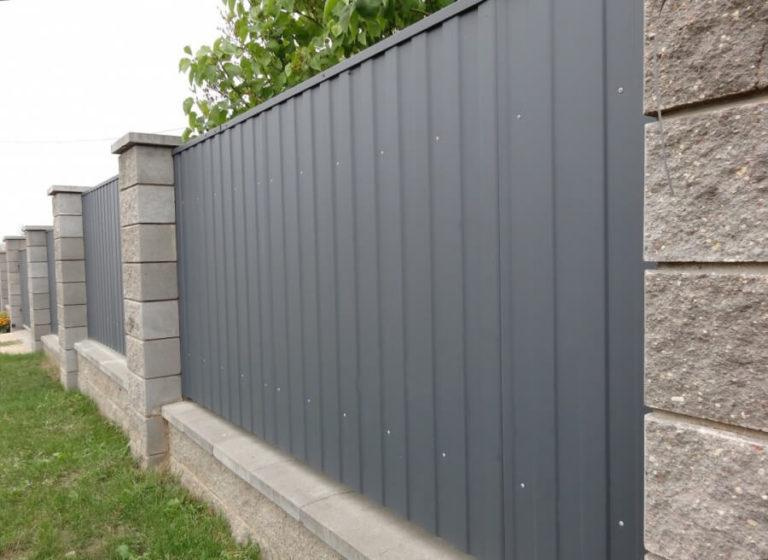 Забор из серого профнастила