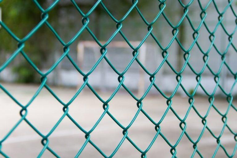 Забор из зеленой сетки рабицы