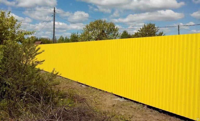 Забор из желтого профнастила
