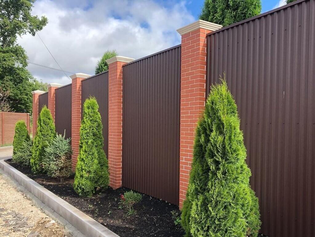 Забор перед домом из профнастила