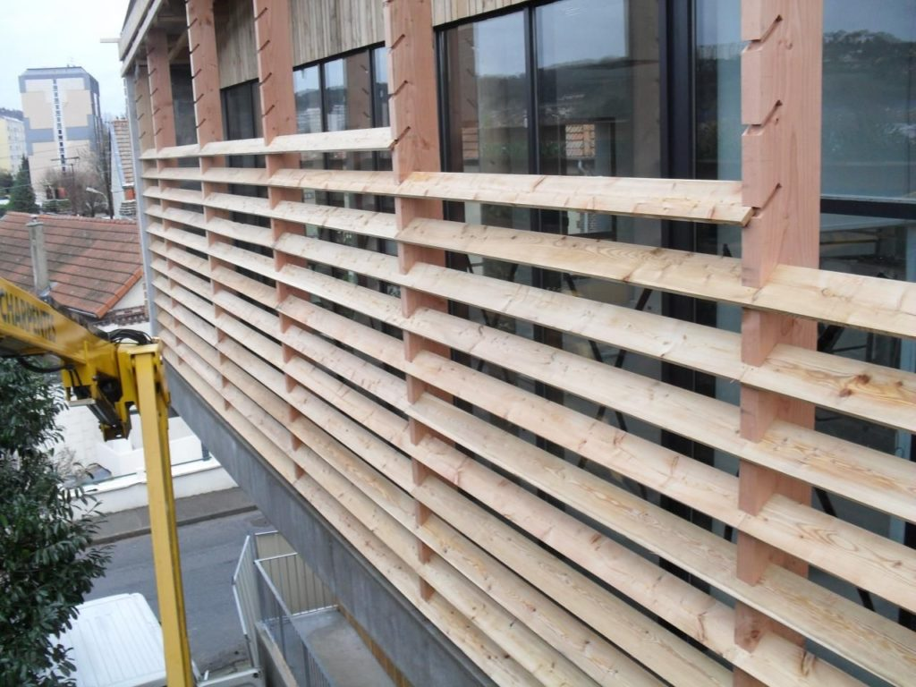 Забор жалюзи деревянный для террасы