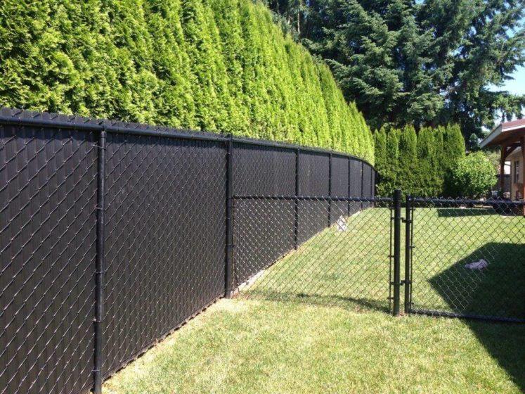 Закрытый забор из сетки рабицы