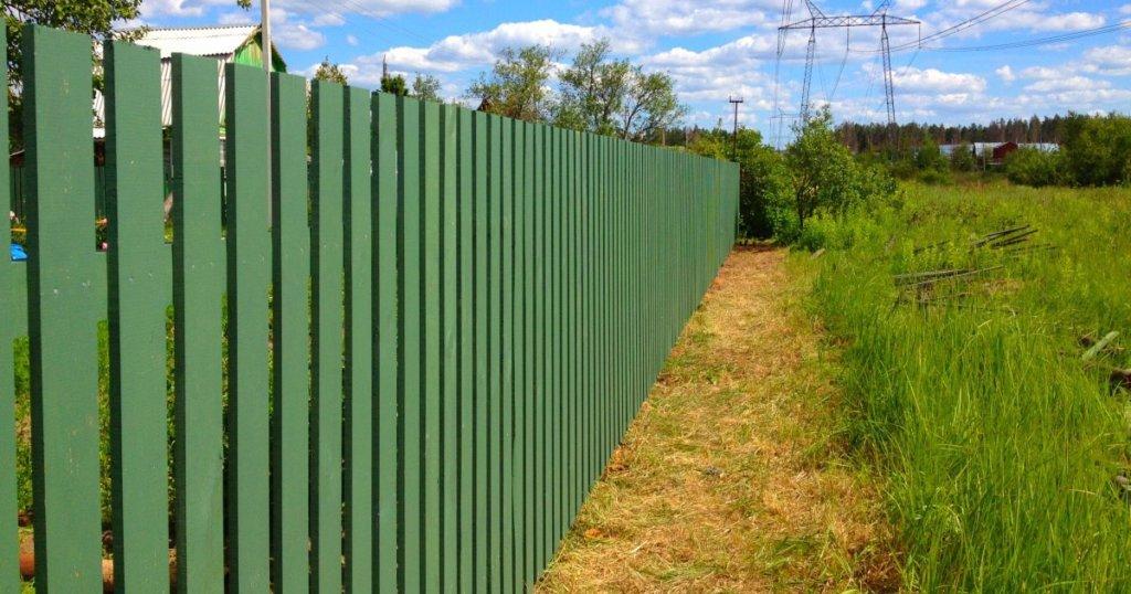 Зеленый деревянный забор